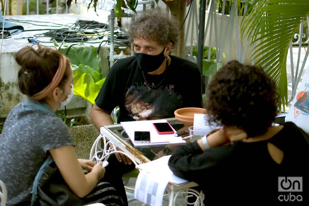 Luis Alberto García (de frente), durante una sesión de asesoría en el coworking audiovisual Varentierra, organizado por la productora WajirosFilms en su sede de La Habana, con jóvenes realizadores cubanos. Foto: Otmaro Rodríguez.