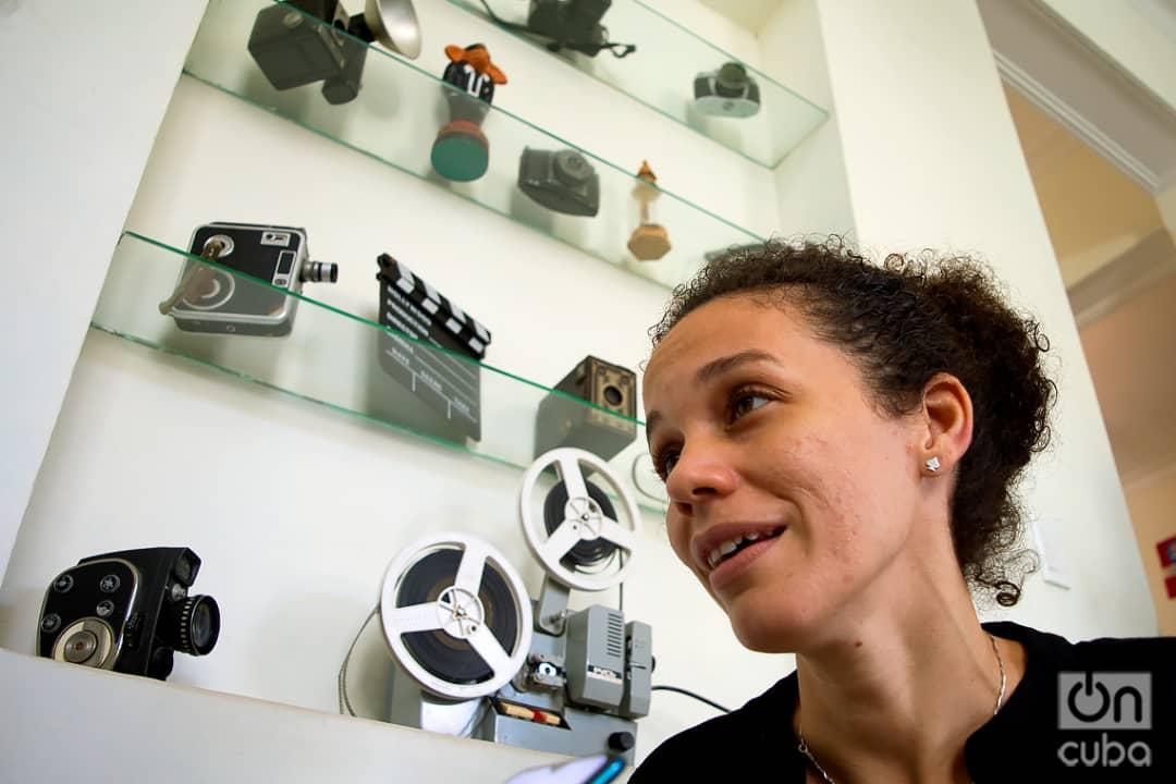 La joven productora holguinera Anabel Ramírez Hidalgo, participante en el coworking audiovisual Varentierra, organizado por la productora WajirosFilms en su sede de La Habana, con jóvenes realizadores cubanos. Foto: Otmaro Rodríguez.