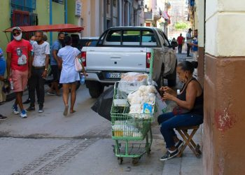 Vendedora particular de dulces y golosinas en La Habana. Foto: Otmaro Rodríguez.