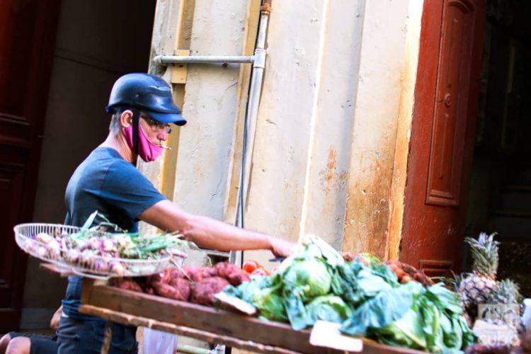 Punto de venta ambulante de viandas y vegetales en La Habana. Foto: Otmaro Rodríguez/Archivo.