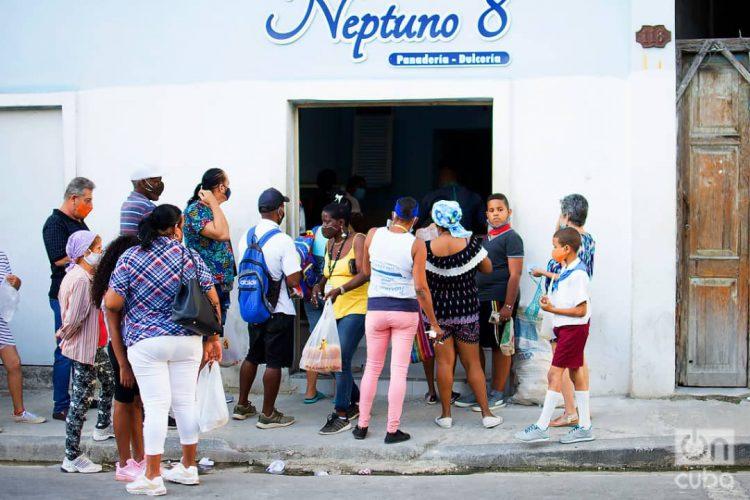 Personas hacen cola en una panadería estatal en La Habana. Foto: Otmaro Rodríguez.