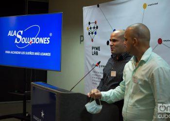 Los ingenieros Erick Carmona (i) y Yosué Montes de Oca (d), cofundadores del emprendimiento AlaSoluciones, exponen en el evento PYME LAB, realizado en el hotel Iberostar Parque Central de La Habana, el 18 de diciembre de 2020. Foto: Otmaro Rodríguez.