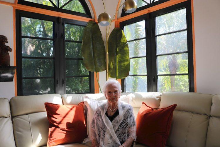 La marquesa cubano-española María Elena de Cárdenas, de 101 años, en su casa en Coral Gables, ciudad cercana a Miami (Estados Unidos). Foto: EFE/ Cortesía Luis De La Vega.