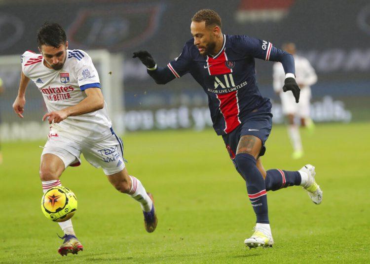 El jugador del PSG Neymar, a la derecha, y el jugador del Lyon Leo Dubois luchan por el balon en un partido de la Liga 1 entre el Paris Saint Germain y el Lyon, en el estadio Parc des Princes en París, Francia, el domingo 13 de diciembre de 2020. Foto: AP/Thibault Camus.