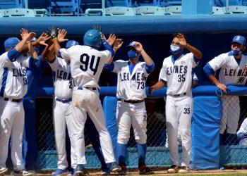 Jugadores de Industriales utilizan máscaras protectoras mientras celebran en la 60 Serie Nacional. Foto: Ricardo López Hevia.