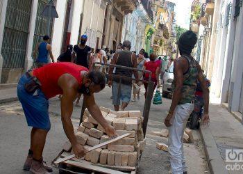 Un hombre transporta ladrillos, durante el rebrote de COVID-19 en La Habana. Foto: Otmaro Rodríguez.