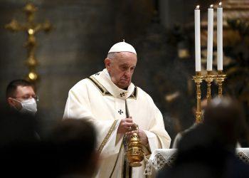 El papa Francisco oficia misa en vísperas de Navidad el jueves 24 de diciembre del 2020 en la Basílica de San Pedro, en el Vaticano. (Vincenzo Pinto/Pool Foto vía AP)
