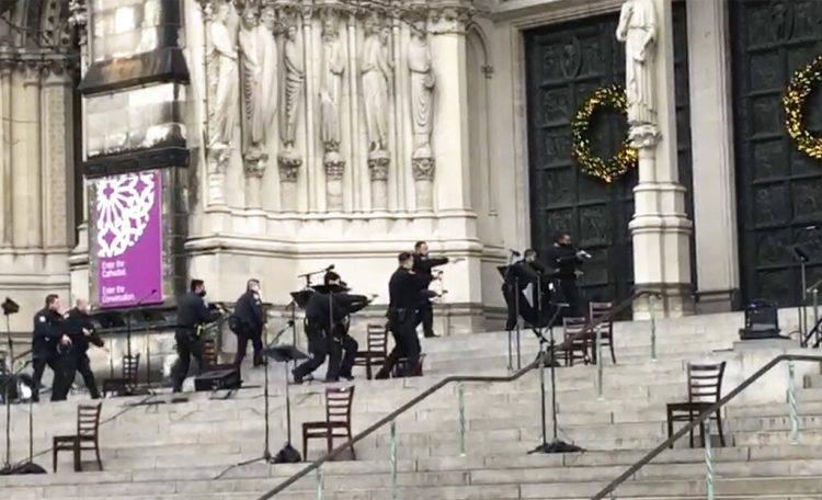Agentes de la policía de Nueva York se mueven en la escena de un tiroteo en la Catedral de San Juan el Divino, el domingo 13 de diciembre de 2020, en Nueva York. Foto: Ted Shaffrey/AP.