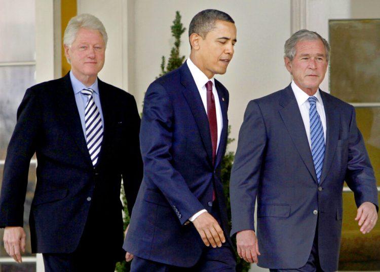 En esta fotografía del 16 de enero de 2010, el presidente Barack Obama sale de la Oficina Oval de la Casa Blanca junto con los expresidentes Bill Clinton y George W. Bush en Washington.  Foto: Pablo Martinez Monsivais/AP.