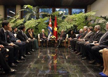 Raúl Castro se reúne con el secretario general del Comité Central del Partido Comunista de Vietnam, Nguyen Phu Trong, acompañados de ambas delegaciones, en el Palacio de la Revolución, en La Habana, Cuba, el 29 de marzo de 2018. Foto: Xinhua/POOL/Ernesto Matrascusa/EFE.