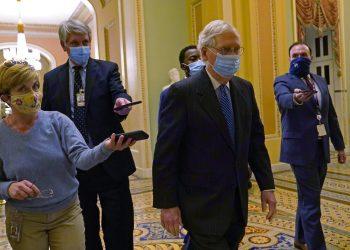 El líder de la mayoría en el Senado, Mitch McConnell, camina frente a reporteros en el Capitolio, en Washington, el martes 15 de diciembre de 2020. Foto: Susan Walsh/AP.
