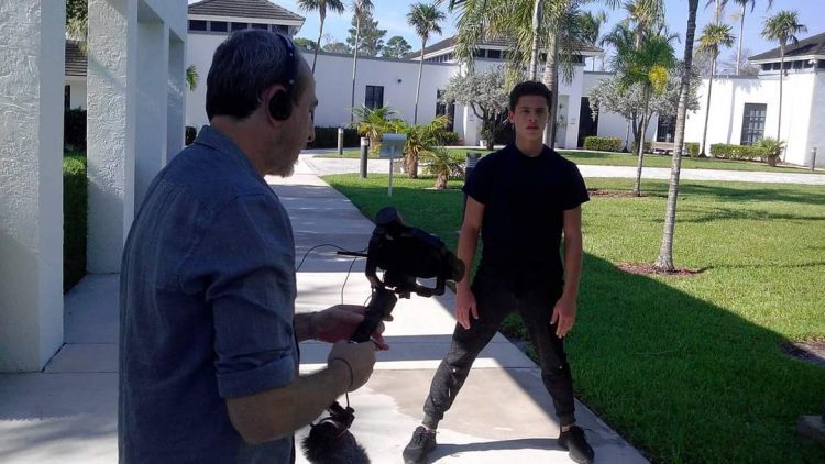 Roberto Salinas graba a Alexis Francisco Valdés para el documental El bailarín cubano. Foto: perfil de Facebook del artista.