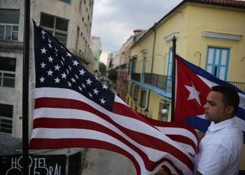 Jose Alfredo entre la bandera cubana y la estadounidense cuando el país se preparaba para la visita del presidente Obama en marzo de 2016. Foto: Joe Raedle / Getty Images vía The Nation