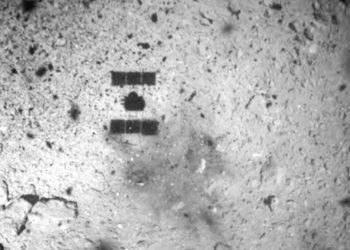 Imagen de archivo del 22 de febrero de 2019, difundida por la Agencia de Exploración Aerospacial de Japón (JAXA), y que muestra la sombra (al centro y arriba) de la nave espacial Hayabusa2 después de su descenso exitoso en el asteroide Ryugu. Foto: JAXA vía AP/ Archivo.