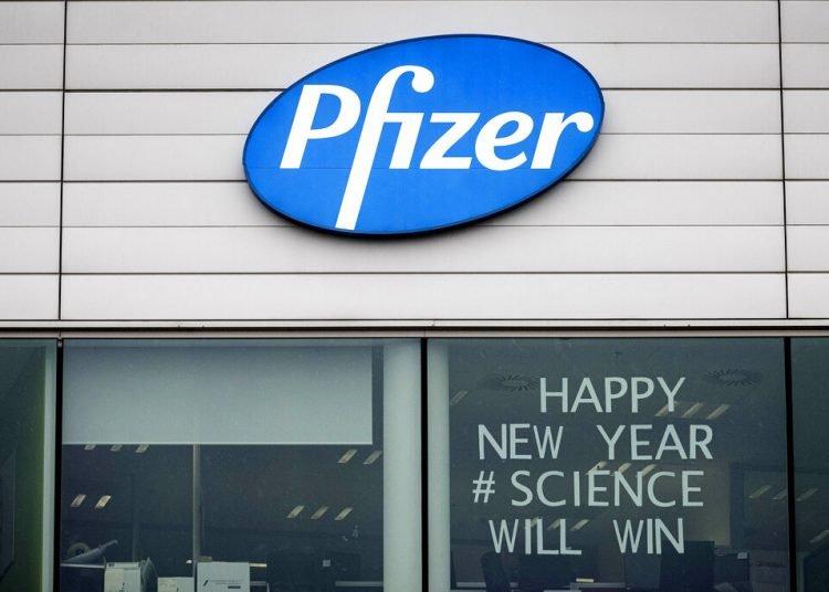 """Esta fotografía muestra un letrero con el mensaje """"Feliz Año Nuevo. La ciencia ganará"""" en una oficina de Pfizer en Puurs, Bélgica, el lunes 21 de diciembre de 2020. Foto: AP/Valentin Bianchi."""