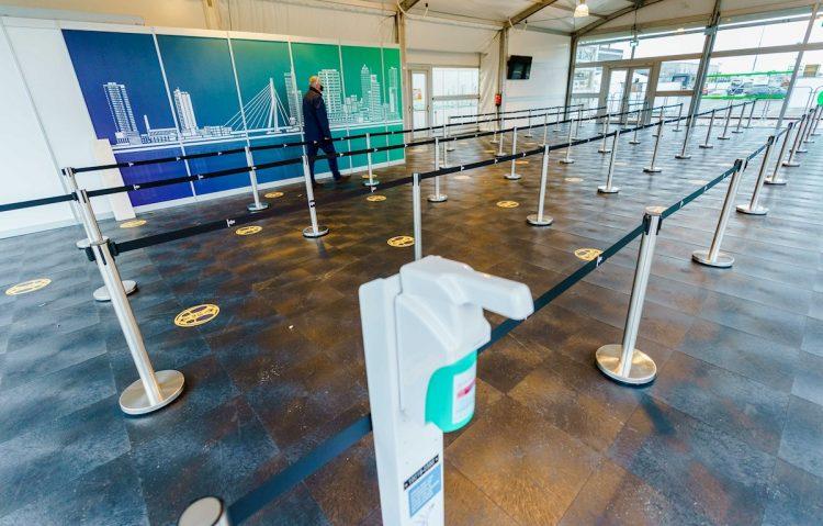 Países Bajos prohibió los vuelos a Reino Unido a causa de la aparición de una nueva variante del coronavirus. Foto: EFE/EPA/Marco de Swart/Archivo.