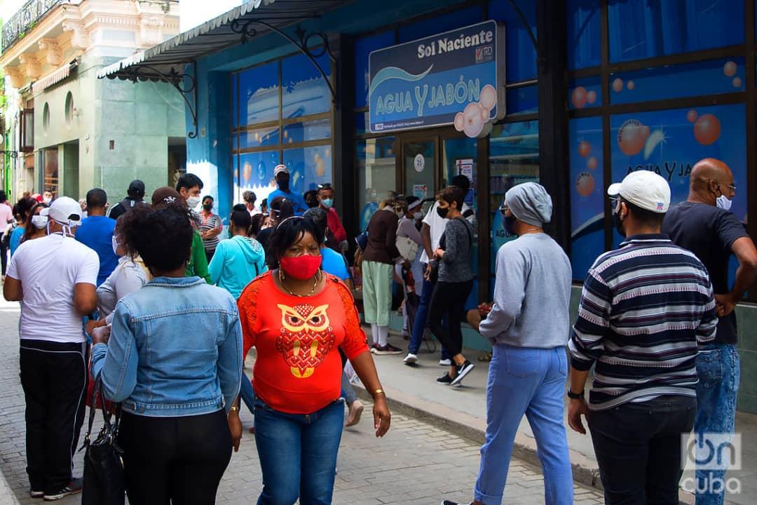 Personas frente a una tienda de productos de aseo y cosmética en MLC, en la calle Obispo de La Habana, el 1 de diciembre de 2020. Foto: Otmaro Rodríguez.