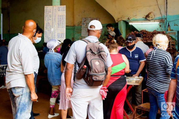 Personas en un mercado agropecuario de La Habana, el 1 de diciembre de 2020. Foto: Otmaro Rodríguez.