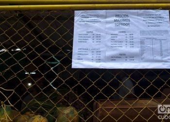 """Listado de precios """"topados"""" por el gobierno, en un mercado agropecuario de La Habana. Foto: Otmaro Rodríguez."""