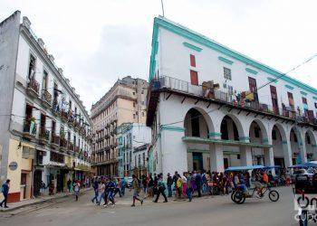 Personas hacen cola en La Habana, el 1 de diciembre de 2020. Foto: Otmaro Rodríguez.