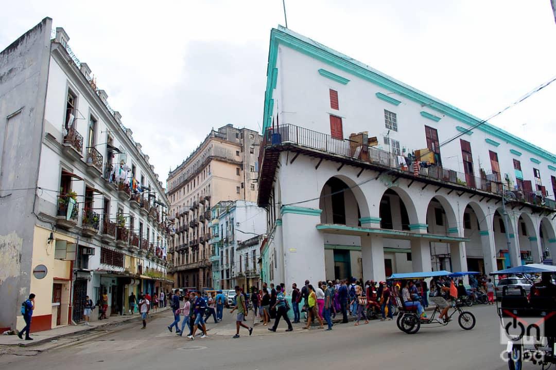 Personas caminan y otras hacen cola en La Habana, el 1 de diciembre de 2020. Foto: Otmaro Rodríguez.