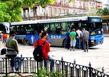 Personas en una parada de ómnibus en el Parque de la Fraternidad, en La Habana. Foto: Otmaro Rodríguez.