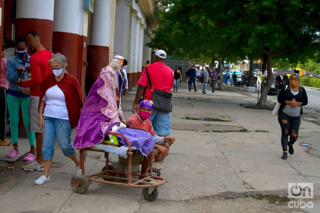 Personas en la calle Monte de La Habana, el 1 de diciembre de 2020. Foto: Otmaro Rodríguez.