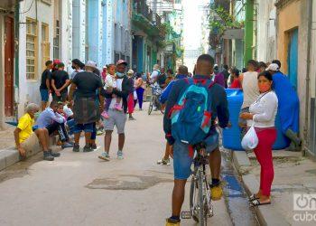 Personas en una calle de La Habana, el 1 de diciembre de 2020. Foto: Otmaro Rodríguez.