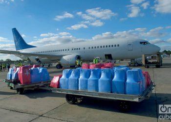 Llegada al Aeropuerto Internacional José Martí, de La Habana, de una donación de materiales sanitarios enviada por cubanos residentes en EE.UU., el 10 de diciembre de 2020. Foto: Otmaro Rodríguez.