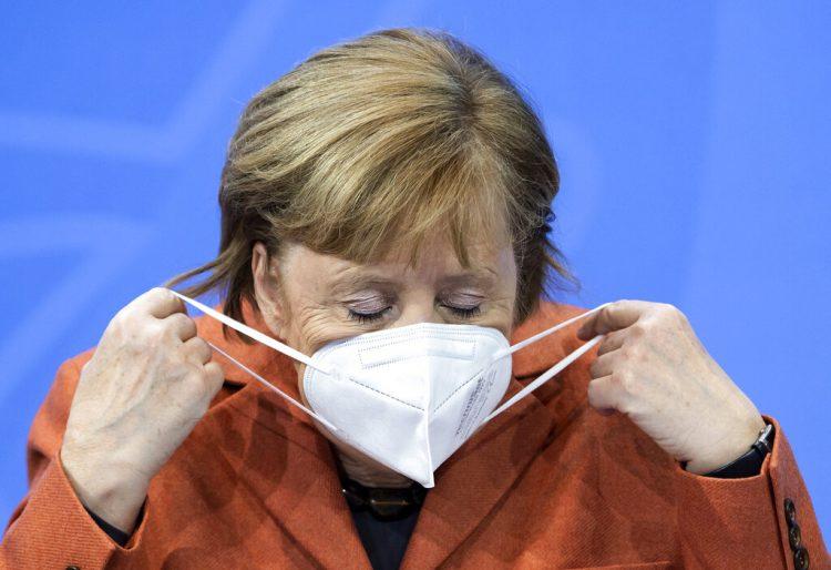 La canciller alemana Angela Merkel se acomoda el cubrebocas después de una conferencia de prensa en la Cancillería, el domingo 13 de diciembre de 2020. Foto: Bernd von Jutrczenka/Pool vía AP.