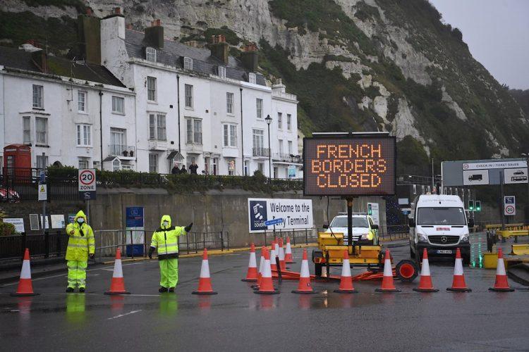 El puerto de Dover (Reino Unido) permanece cerrado este 21 de diciembre tras la suspensión por Francia del tráfico de mercancías para frenar la expansión de una nueva variante del coronavirus detectada en el territorio británico. Foto: Neil Hall / EFE.