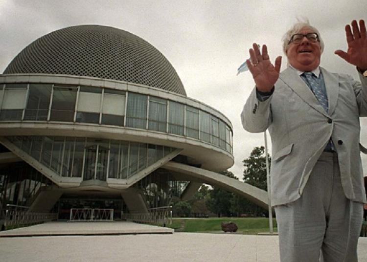 Ray Bradbury (1920-2012) posa junto al Planetario de Buenos Aires, en 2006. Foto: Clarín.