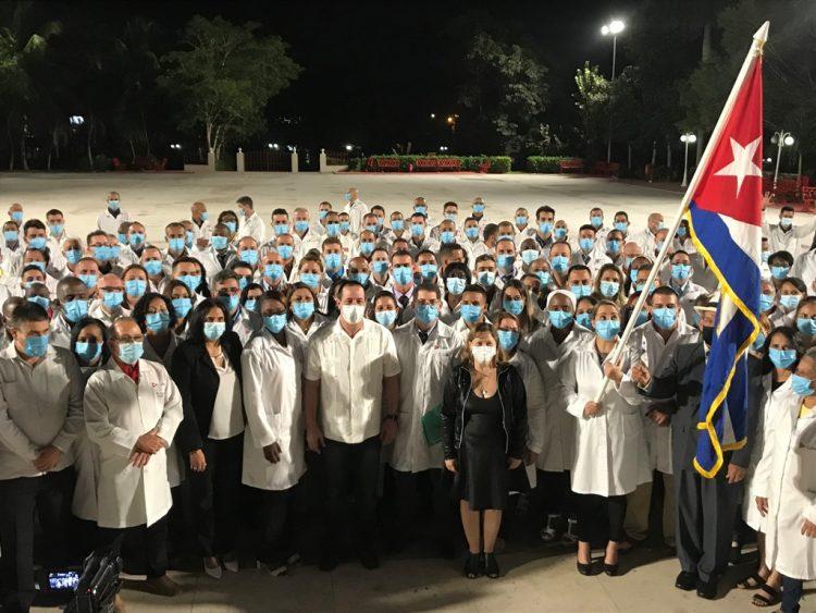 Integrantes de la brigada médica cubana que llegó este 24 de diciembre de 2020 a Panamá, a combatir la COVID-19, junto al ministro de Salud Pública de Cuba, Dr. José Ángel Portal. Foto: @MINSAPCuba / Twitter.