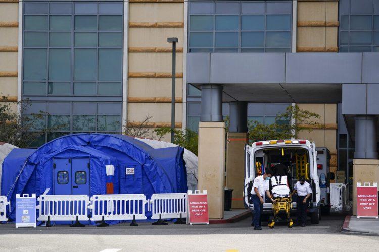 Trabajadores médicos retirando una camilla de una ambulancia cerca de carpas médicas erigidas afuera de la sala de emergencias del UCI Medical Center en Irvine, California.  Foto: Ashley Landis/ Archivo/AP.