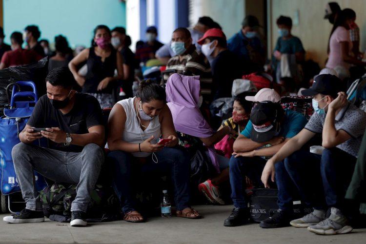 Un grupo de nicaragüenses espera para viajar a su país en la Terminal Nacional de Transporte en Ciudad de Panamá (Panamá). Foto: Bienvenido Velasco / EFE / Archivo.