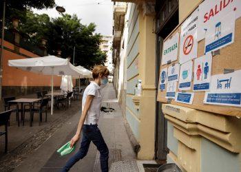 Una camarera recoge una mesa en la terraza de una cafetería de Santa Cruz de Tenerife tras el decreto del Gobierno de Canarias, España, que prohíbe el consumo en interiores en los negocios de restauración. Foto: Ramón de la Rocha / EFE.