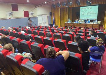 Encuentro del ministro de Cultura de Cuba, Alpidio Alonso y otras autoridades del sector, con jóvenes artistas y escritores en la sede del Mincult, el 5 de diciembre de 2020. Foto: @CubaCultura / Twitter.