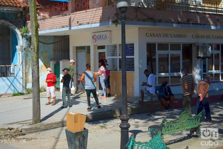 Varias personas hacen cola para cambiar dinero en una Casa de Cambio (Cadeca). Foto: Otmaro Rodríguez.