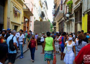 Personas en una calle de La Habana. Foto: Otmaro Rodríguez.