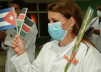 Médicos cubanos que prestaron servicios en Kenia, ante el enfrentamiento a la Covid-19. Foto: acn.cu