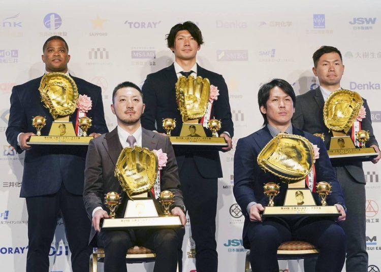 Dayán Viciedo  (izquierda atrás) fue el único extranjero entre los ganadores del Guante de Oro en Japón. Foto: Tomada de The Japan Times.