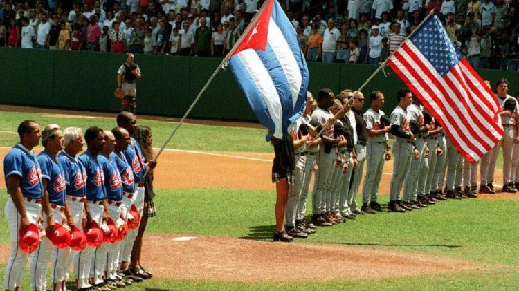 El equipo Cuba se enfrenta a los Orioles de Baltimore en el Estadio Latinoamericano (1999). Foto: Trabajadores.