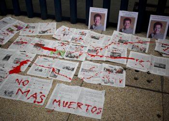 """""""No más muertos"""", el mensaje escrito sobre periódicos en frente de las fotografías de la periodista mexicana Miroslava Breach, asesinada en 2017. Foto: Eduardo Verdugo/AP/ Archivo."""