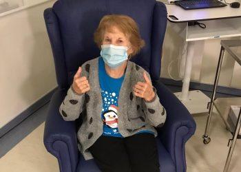 """Margaret Keenan, de 90 años, y a quien sus amigos y familia le llaman """"Maggie"""", fue la primera en recibir una de las dos dosis de la vacuna. Foto: Foto: twitter.com/NHSEngland"""