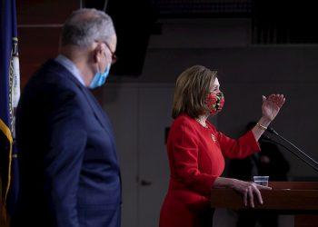 La presidenta de la Cámara de Representantes, Nancy Pelosi (R) y el líder de la minoría demócrata del Senado, Chuck Schumer (L), celebran una conferencia de prensa en el Capitolio de Washington. Los líderes del Congreso han llegado a un acuerdo sobre un paquete de estímulo para el virus coronario que consiste en aproximadamente 900 000 millones de dólares estadounidenses en fondos de ayuda. Foto: MICHAEL REYNOLDS/ EFE/EPA.