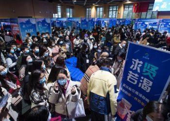 Feria nacional de promoción del empleo y emprendimiento de graduados universitarios en el Gimnasio Hongshan, en Wuhan, provincia de Hubei. Foto: Xiao Yijiu/ Xinhua.