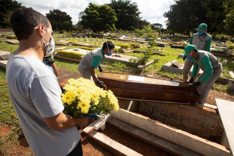 Empleados preparan a víctimas mortales de la COVID-19 para ser enterradas en el cementerio de Campo da Esperança, en Brasilia (Brasil). Foto: Joédson Alves / EFE / Archivo.