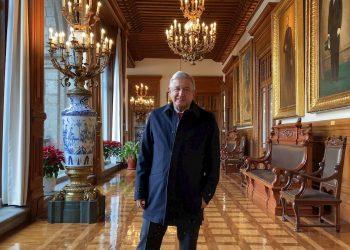 Fotografía cedida por la Presidencia de México que muestra al mandatario Andrés Manuel López Obrador, enfermo de COVID-19, en el Palacio de Gobierno. Foto: EFE/ Presidencia de México.