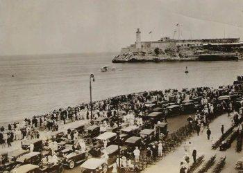 Multitudes en El Malecón en el otoño de 1921, viendo un Modelo 75 de nave aeromarina saliendo del puerto de La Habana, con el Castillo del Morro al fondo. Foto: The Aeromarine Website