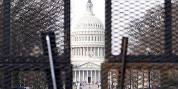 En esta foto del 15 de enero del 2021 se ve el Capitolio a través de una  cerca, parte de las medidas de seguridad implementadas en el sitio antes de la toma de posesión del presidente electo Joe Biden y a raíz del asalto al edificio por una turba de partidarios violentos del presidente Donald Trump el 6 de enero. (AP Foto/Susan Walsh)